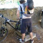 Poi finisce così... facendo pipì sulla bici...